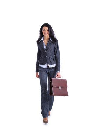 行くとブリーフケースを持って自信を持ってビジネスの女性の完全な長さのイメージ 写真素材