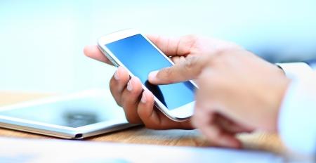モバイル スマート フォンを使用して人間のクローズ アップ