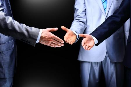 2 つのビジネスの男性指導者に手を振ってクローズ アップ