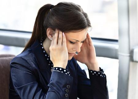 彼女のワークスペースで作業疲れたビジネスウーマン