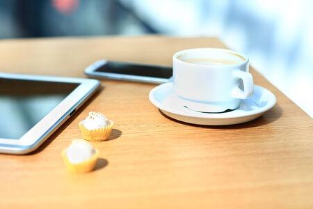 タブレットとスマート フォンのテーブルの上のノート パソコン