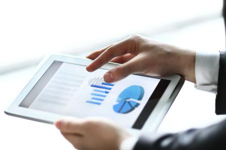 ビジネス、グラフとグラフ タッチ パッドの画面で例示されている現代人