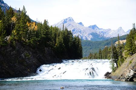 보우 폭포와 캐나다로 키 산맥의 캐스케이드 산맥 스톡 콘텐츠
