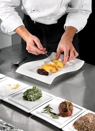 Chef auf Profi-Küche im Restaurant Essen zubereiten