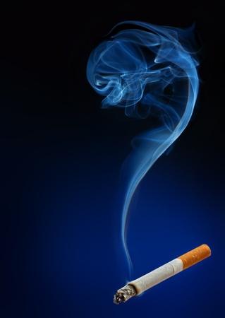 vetical: Humo de cigarrillo y el humo como concepto de signo de interrogaci�n Foto de archivo