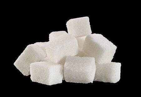 cubo: terrón de azúcar nudo aislado en el fondo negro