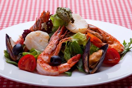 mariscos: slalad tailandesa con mariscos en la placa blanca