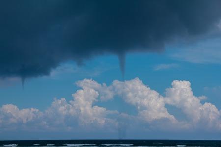 Tornados über karibischem Meer an einem sonnigen Tag Standard-Bild - 98555609