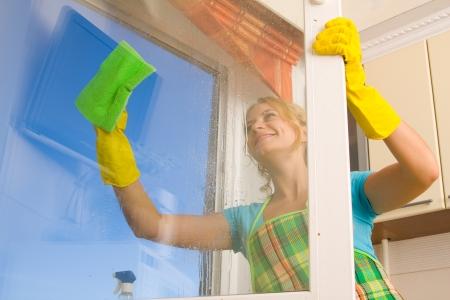 cleaners: Vrouwen een venster 4 schoonmaken Stockfoto