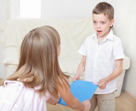 Hermano con hermana luchar por el libro