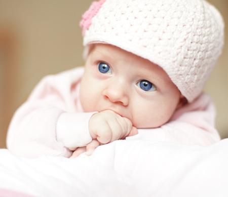 recien nacido: Hermoso beb� de ojos azules en cap Foto de archivo