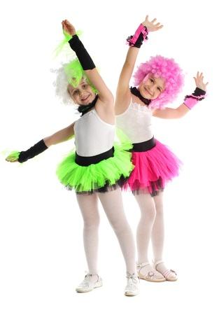 niños bailando: Hermosas niñas aislados en blanco Foto de archivo