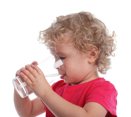 WATER GLASS: Littl ragazza con un bicchiere d'acqua Archivio Fotografico