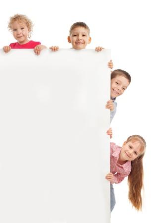 ni�os con pancarta: Los ni�os peque�os con blanco aislado en blanco Foto de archivo