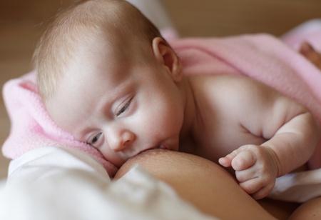 amamantando: Madre que amamanta al bebé Foto de archivo