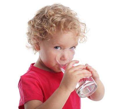 acqua vetro: Littl ragazza con un bicchiere d'acqua Archivio Fotografico