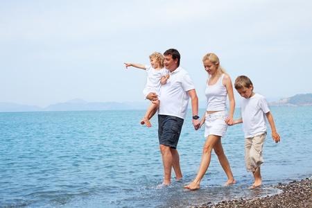 saludable: Familia feliz en la playa