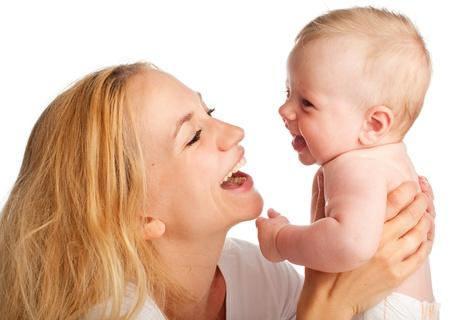 madre y bebe: Madre con el bebé aislado en blanco