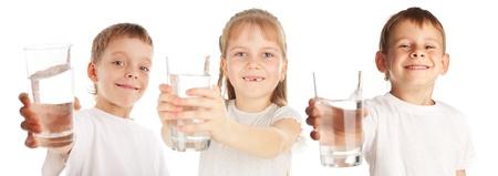 vaso con agua: Los niños con un vaso de agua aisladas en blanco