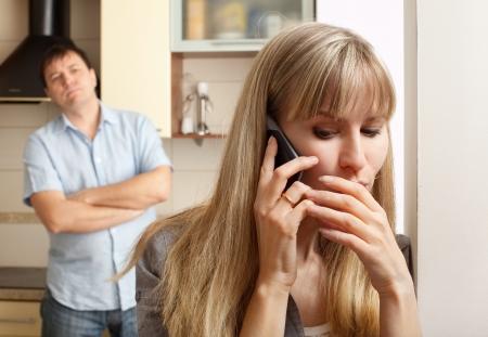 Esposa consultar privadamente en el teléfono