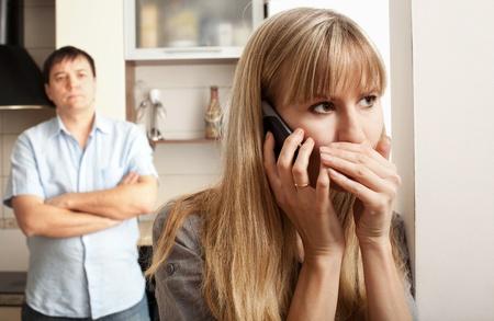 celos: Esposa consultar privadamente en el teléfono