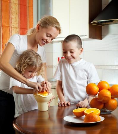 squeezed: Madre feliz con los ni�os jugo de naranja