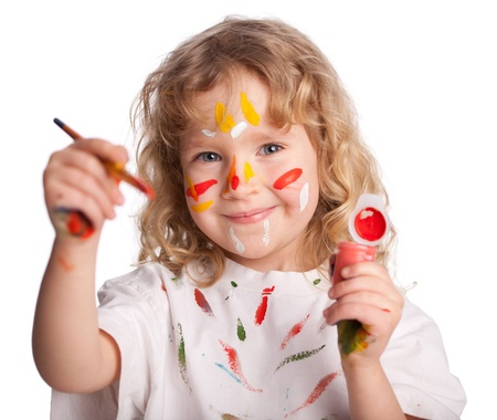 pintura infantil: Littl ni�o, pintura dibujo. Aislado en blanco