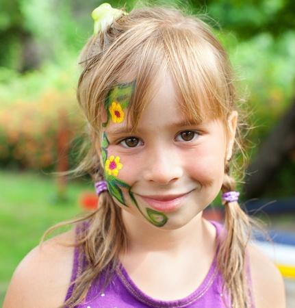 pintura en la cara: Hermosa chica con una pintura de la cara Foto de archivo
