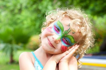 painting face: Hermosa chica con pintura de la cara