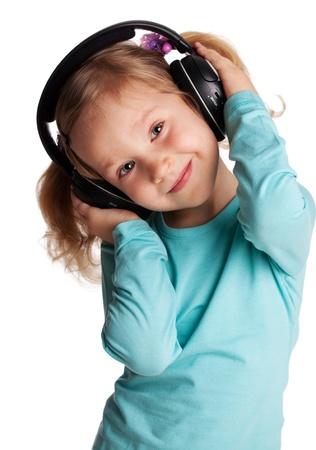 niños bailando: Pequeño niño en los auriculares aislados en blanco