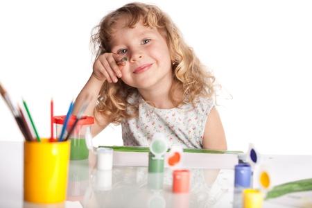 niños dibujando: Littl niño, pintura dibujo. Aislados en blanco