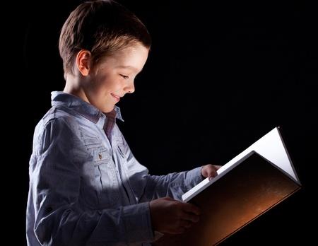 kinderen: Child opende een magisch boek