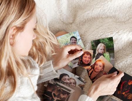 Mujer triste, rompiendo una foto de familia Foto de archivo