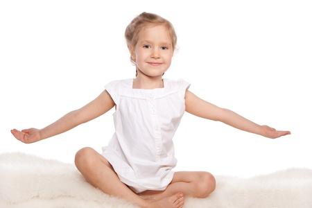petite fille avec robe: Petite fille isolée sur fond blanc