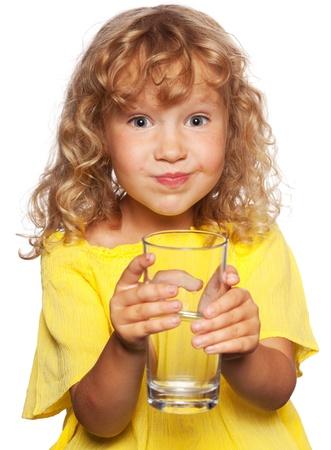 WATER GLASS: Bambino con un bicchiere d'acqua isolato su bianco