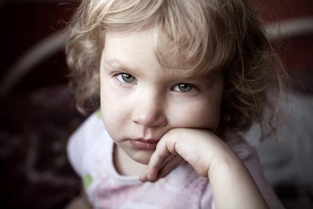 maltrato infantil: Ni�o triste que mira la c�mara