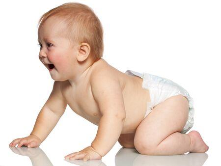 kinderen: Crawling blije baby op wit wordt geïsoleerd
