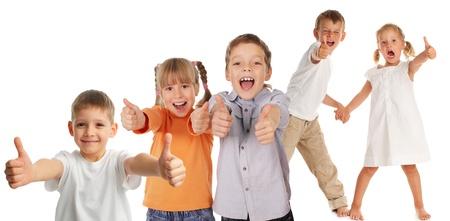 Gelukkige kinderen met duim omhoog