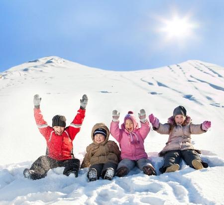 fille hiver: Les enfants dans la neige en hiver. Banque d'images
