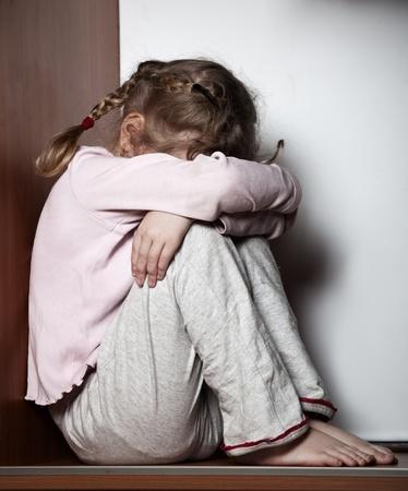 ni�o llorando: Littl chica triste. Los ni�os los problemas de