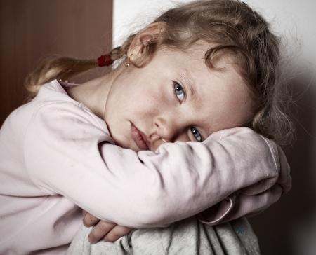 bambini poveri: Sad ragazza littl. Bambino problemi
