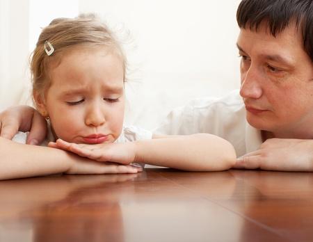 divorcio: Padre consuela a un ni�o triste. Los problemas en la familia