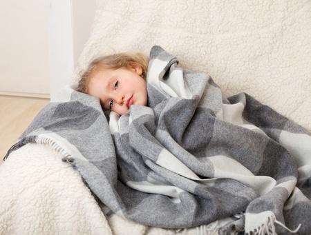 niños enfermos: La enfermedad infantil. Niña envuelto en una manta