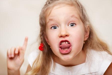 fantasque: Grima�ant enfant. Prestation de serment, en criant petite fille.