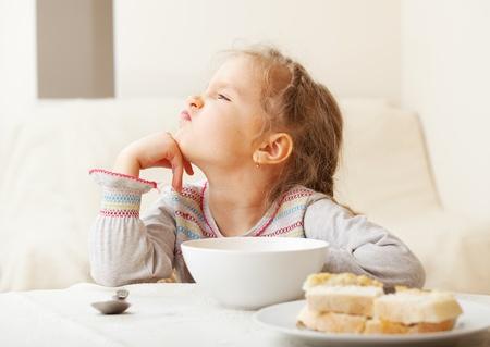 ni�os comiendo: Ni�o mira con asco a la comida.