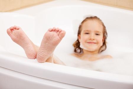 barfu�: Kind in der Badewanne. M�dchen w�scht im Bad
