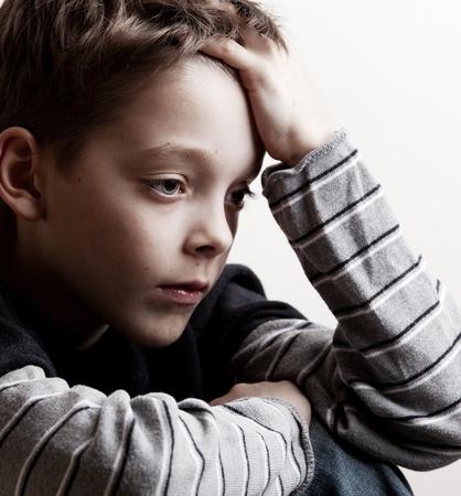 deprese: Smutný kluk. Depresivní teenager doma. Problémy v rodině
