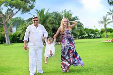 Famille dans un parc en plein air l'été sur fond de palmiers