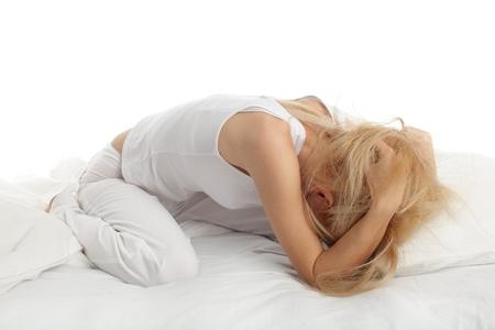 fille pleure: Inquiet jeune femme sur le lit
