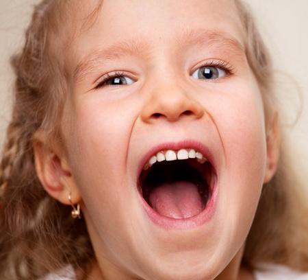 boca abierta: Retrato riendo niña. Niño feliz close-up.